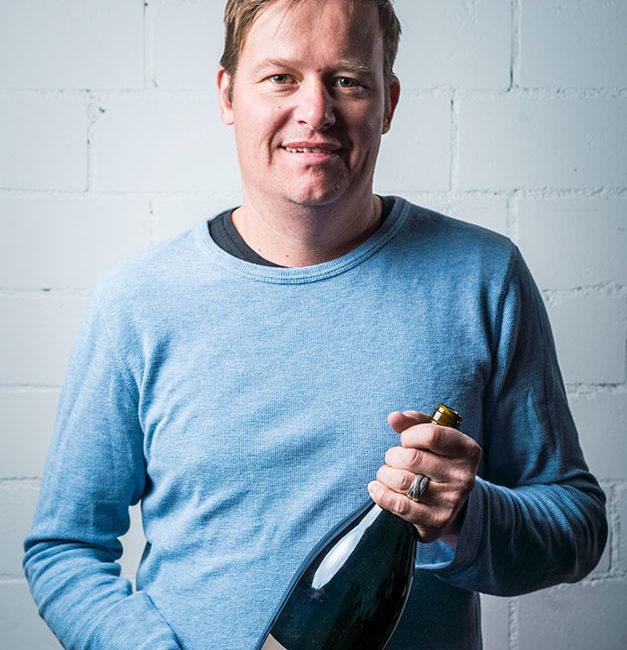Andreas Krebs vom Weingut Krebs mit seinem besten Wein: Pinot Noir alte Rebe