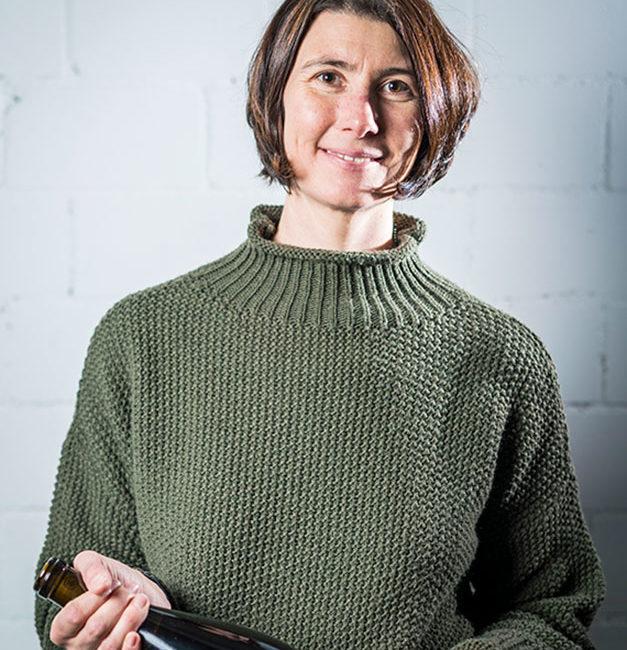 Sabine Steiner vom Weingut Steiner (Schernelz Village) mit einem ihrer besten Lagenweine: Chardonnay Clos au Compte